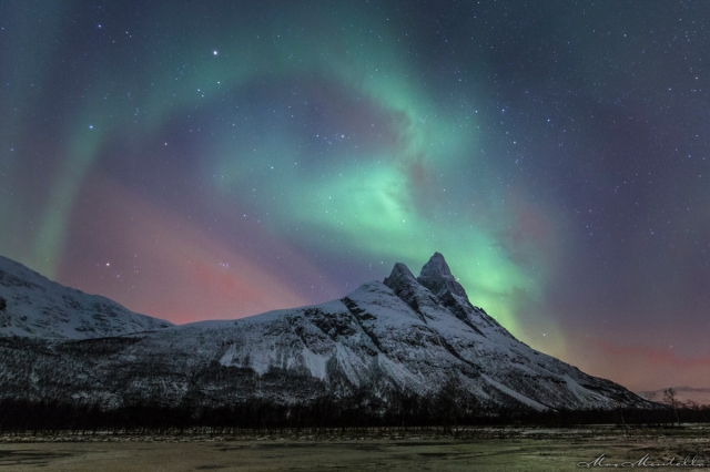 Una lunga esposizione dell'aurora boreale oltre le cime dell'Otertinden, uno dei simboli della Norvegia artica; ero su un lago ghiacciato e gli ottimi piedini in metallo Rollei non hanno ceduto di un solo millimetro!!!