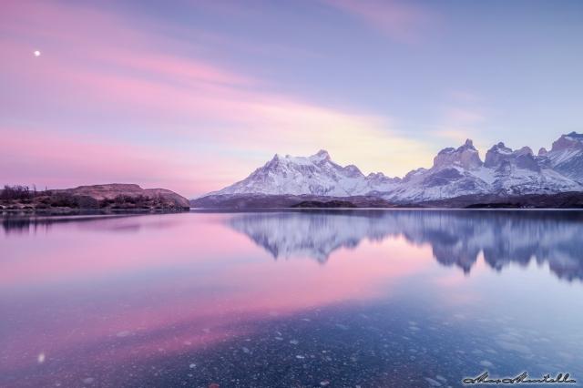 Un'alba indimenticabile sulle silenziose sponde del Lago Pehoè, il vento che soffia è una costante così come il massiccio del Torres del Paine domina il paesaggio... la sabbia della riva non ha dato problemi al cavalletto permettendo scatti lunghi senza problema di stabilità!